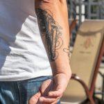 Тату старинный двуствольный пистолет на руке парня -Уличная тату-street tattoo-21.09.2020-tatufoto.com 2