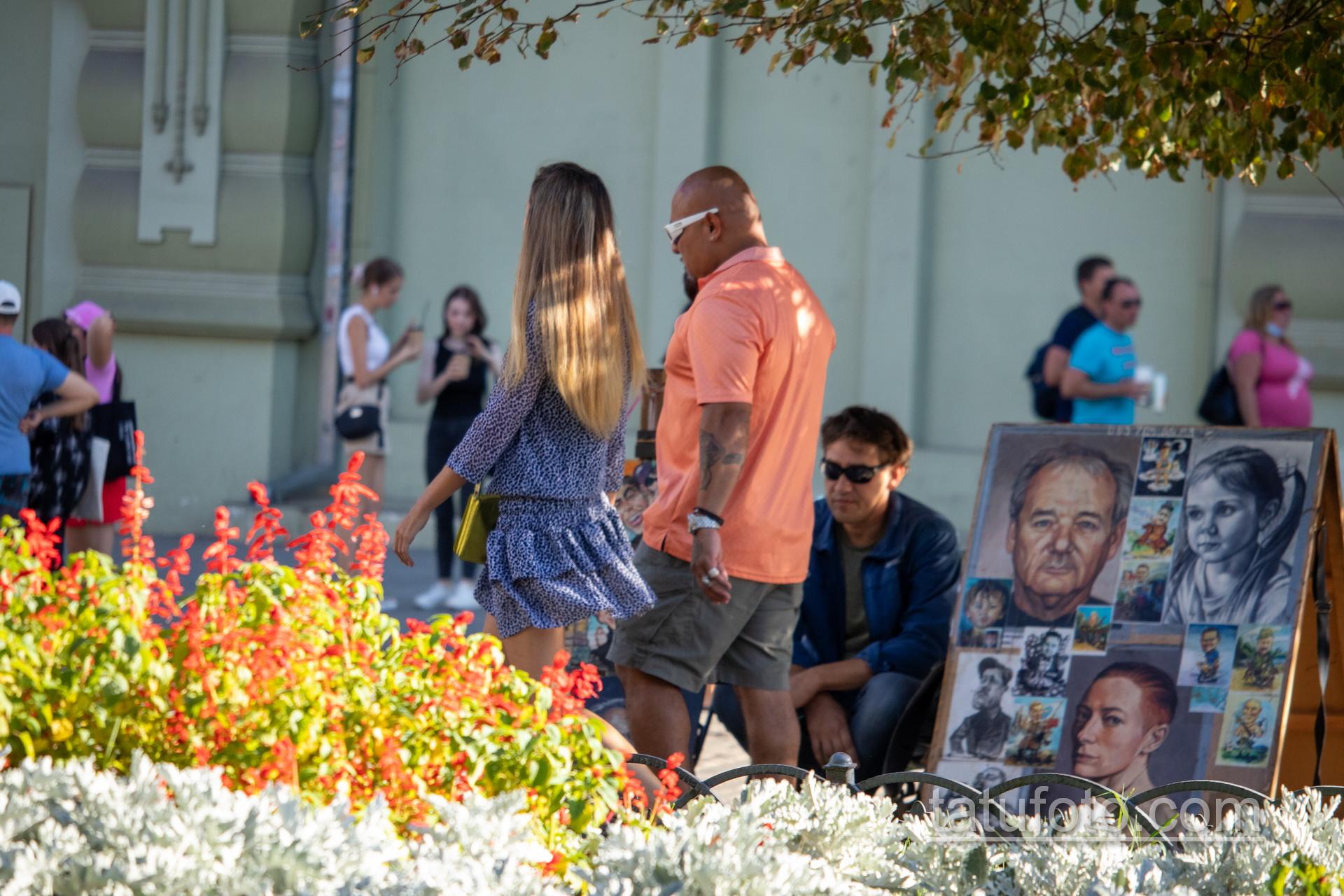 Тату с алмазом во рту у девушки на правой руке мужчины – Уличная татуировка 14.09.2020 – tatufoto.com 1