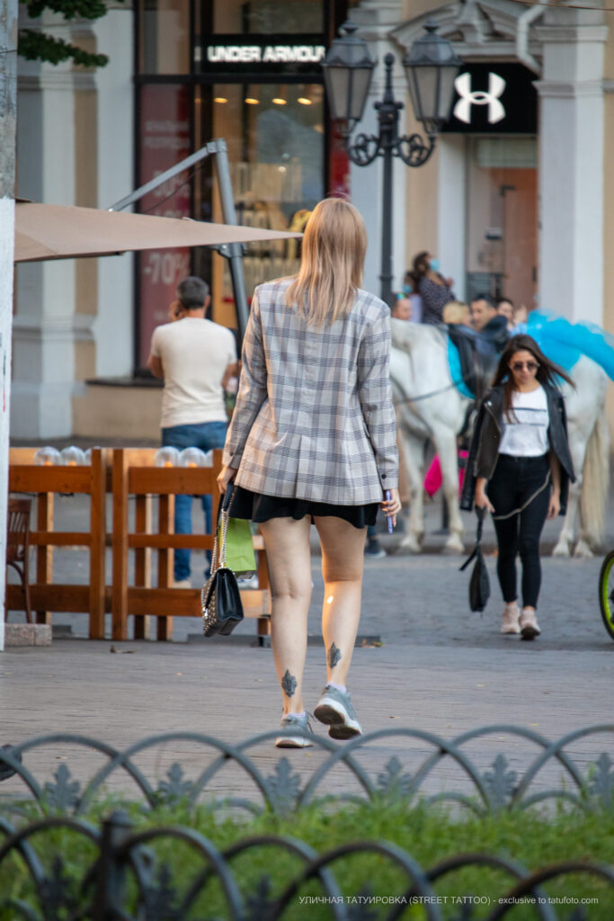 Тату с двумя геральдическими лилиями внизу ноги девушки – Уличная татуировка (street tattoo)-29.09.2020-tatufoto.com 1