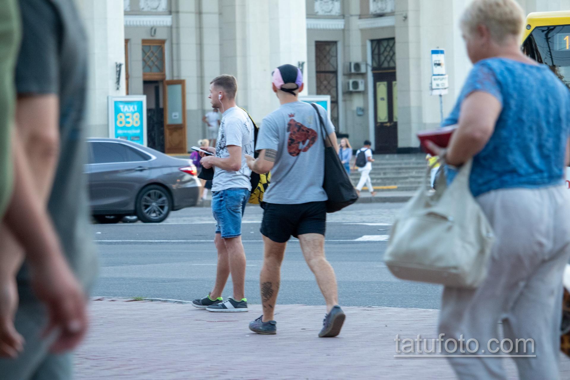 Тату с колючей проволокой – надписями – датами и паутиной на ноге парня - Уличная татуировка 14.09.2020 – tatufoto.com 2