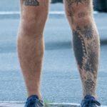 Тату с колючей проволокой – надписями – датами и паутиной на ноге парня - Уличная татуировка 14.09.2020 – tatufoto.com 4