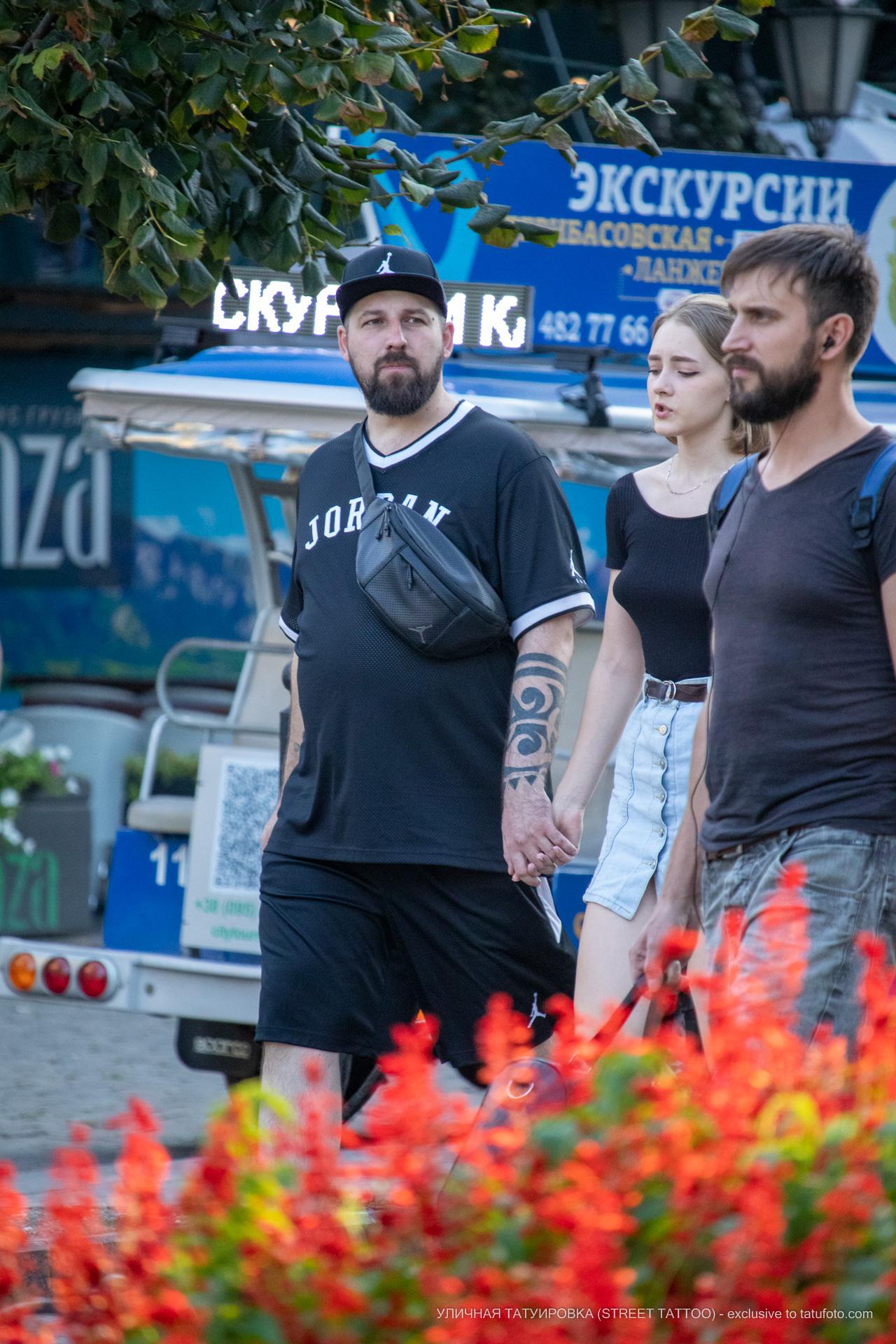 Тату с крупными черными узорами на левой руке мужчины – 17.09.2020 – tatufoto.com 6
