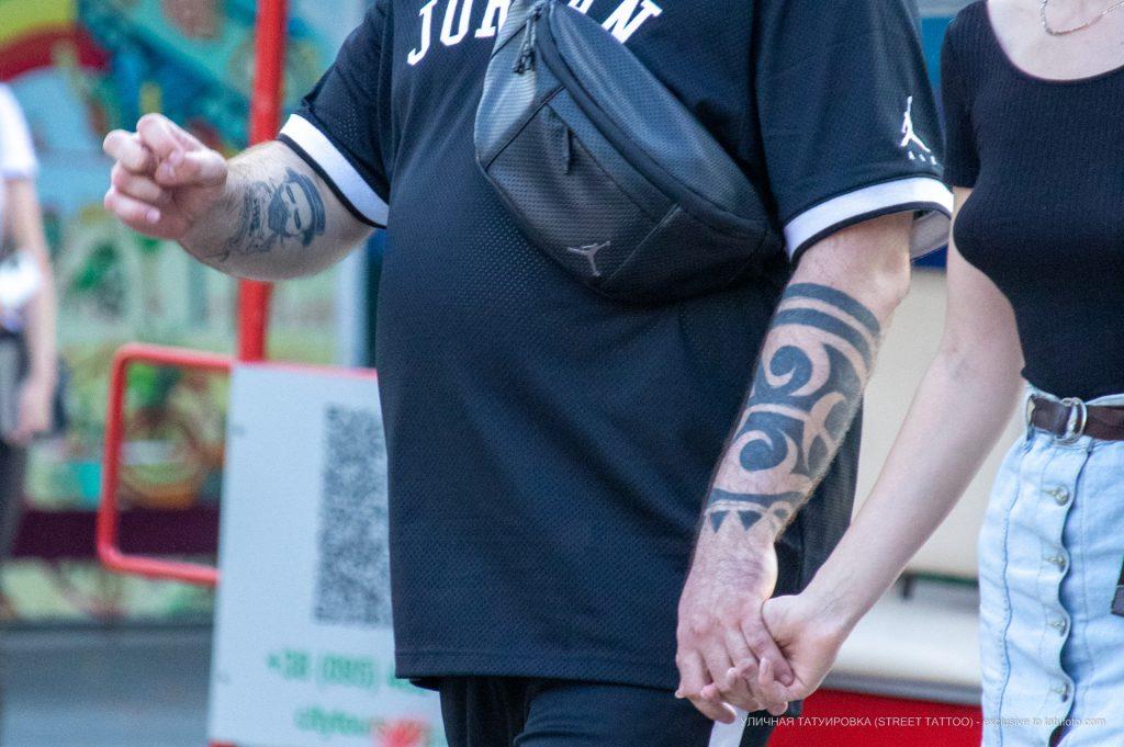 Тату с крупными черными узорами на левой руке мужчины – 17.09.2020 – tatufoto.com 7