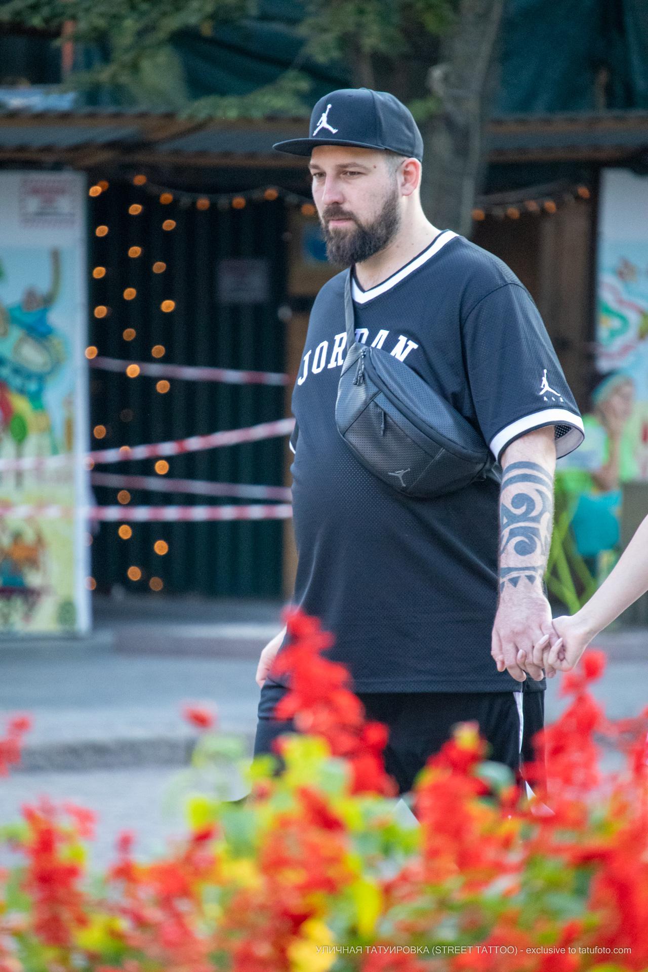 Тату с крупными черными узорами на левой руке мужчины – 17.09.2020 – tatufoto.com 9