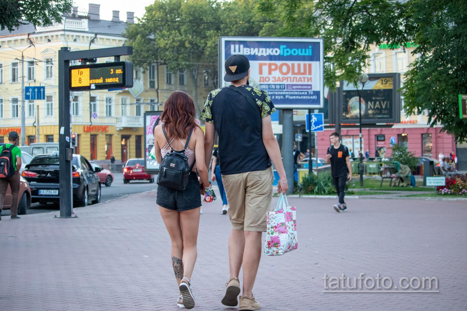 Тату с лебедем – зеркалом и цветами на икре у девушки - Уличная татуировка 14.09.2020 – tatufoto.com 2