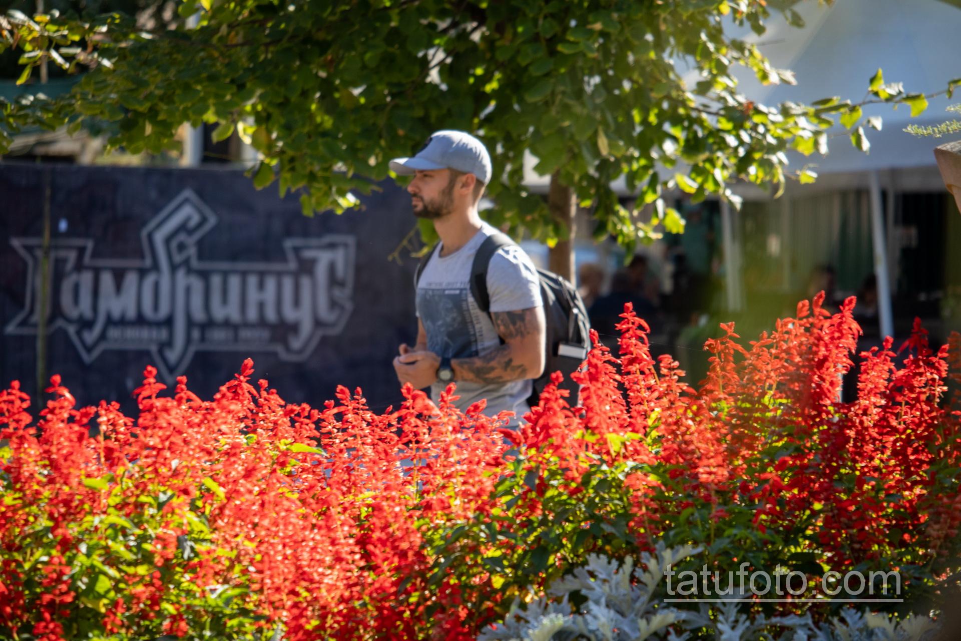 Тату с лесом – горами и птицами в рукаве у парня - Уличная татуировка 14.09.2020 – tatufoto.com 3