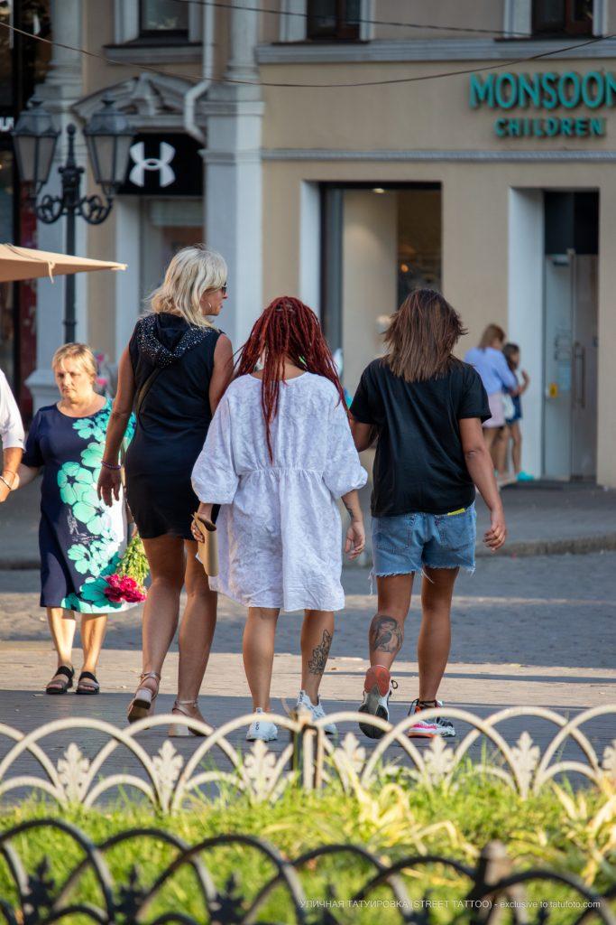 Тату с лисой змеёй и портретом внизу ног трех девушек --Уличная тату-street tattoo-21.09.2020-tatufoto.com 18