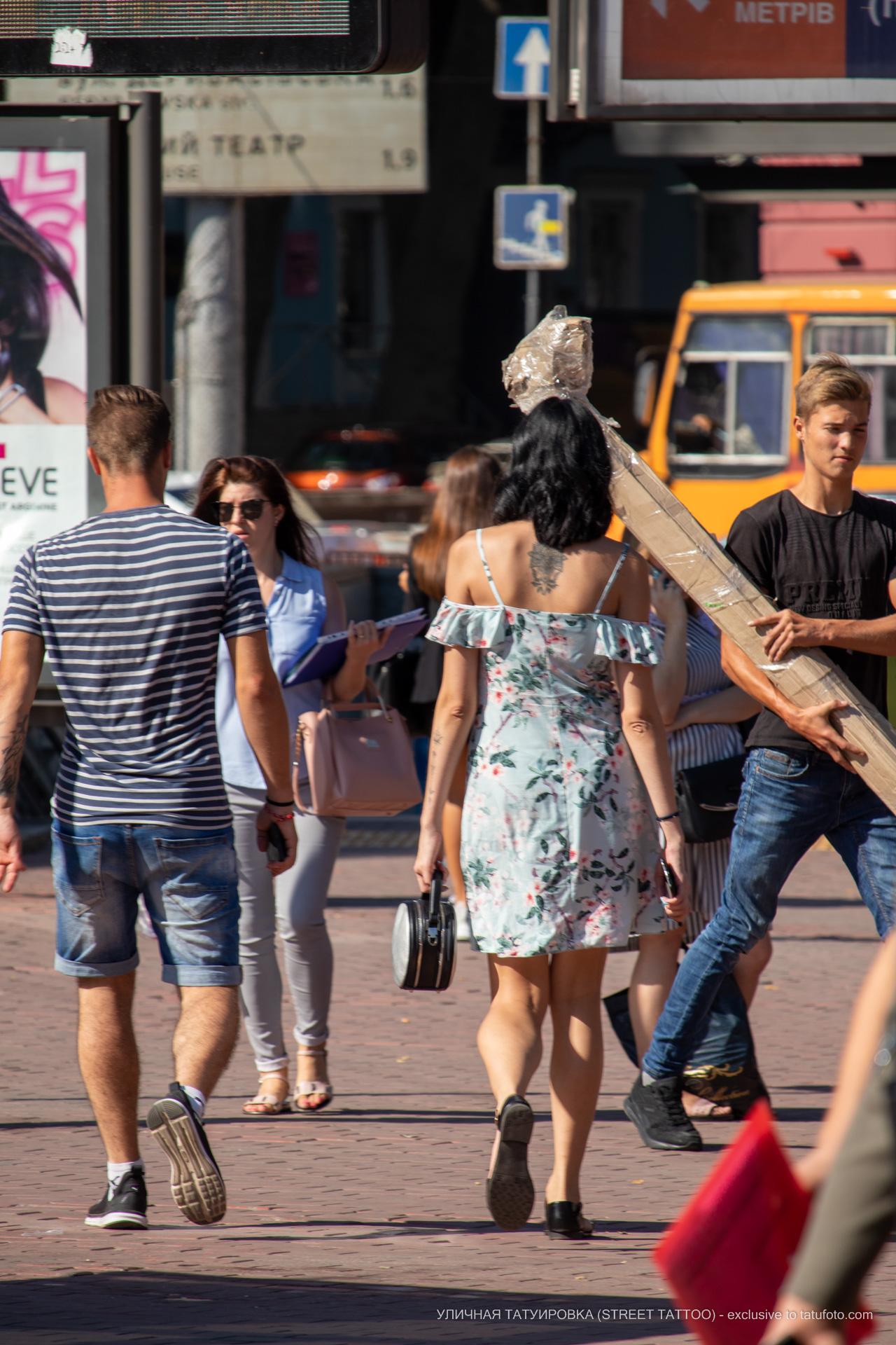 Тату с лотосом на спине между лопаток девушки – 17.09.2020 – tatufoto.com 3