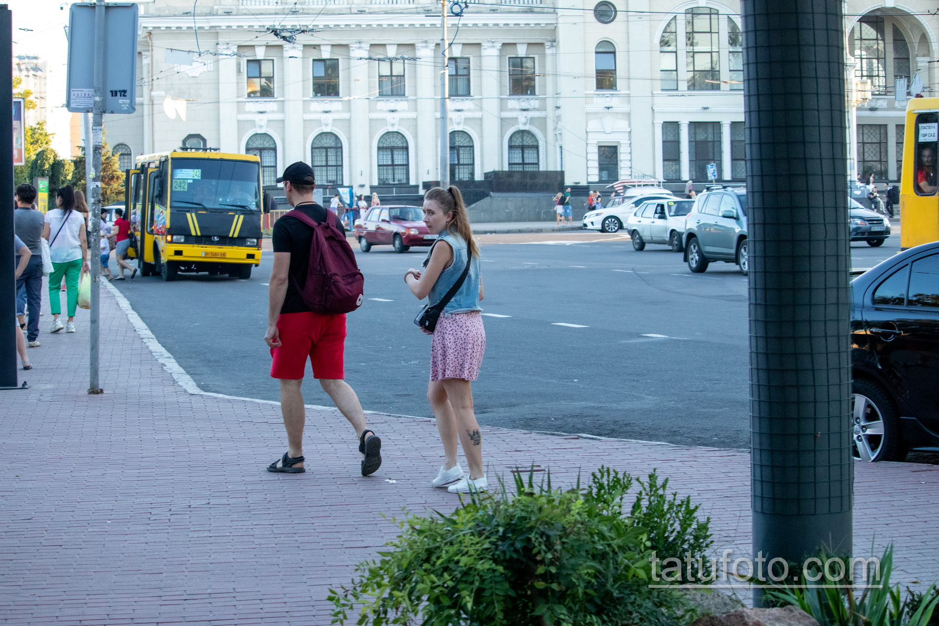 Тату с младенцем Дед Пулом на ноге у девушки - Уличная татуировка 14.09.2020 – tatufoto.com 1
