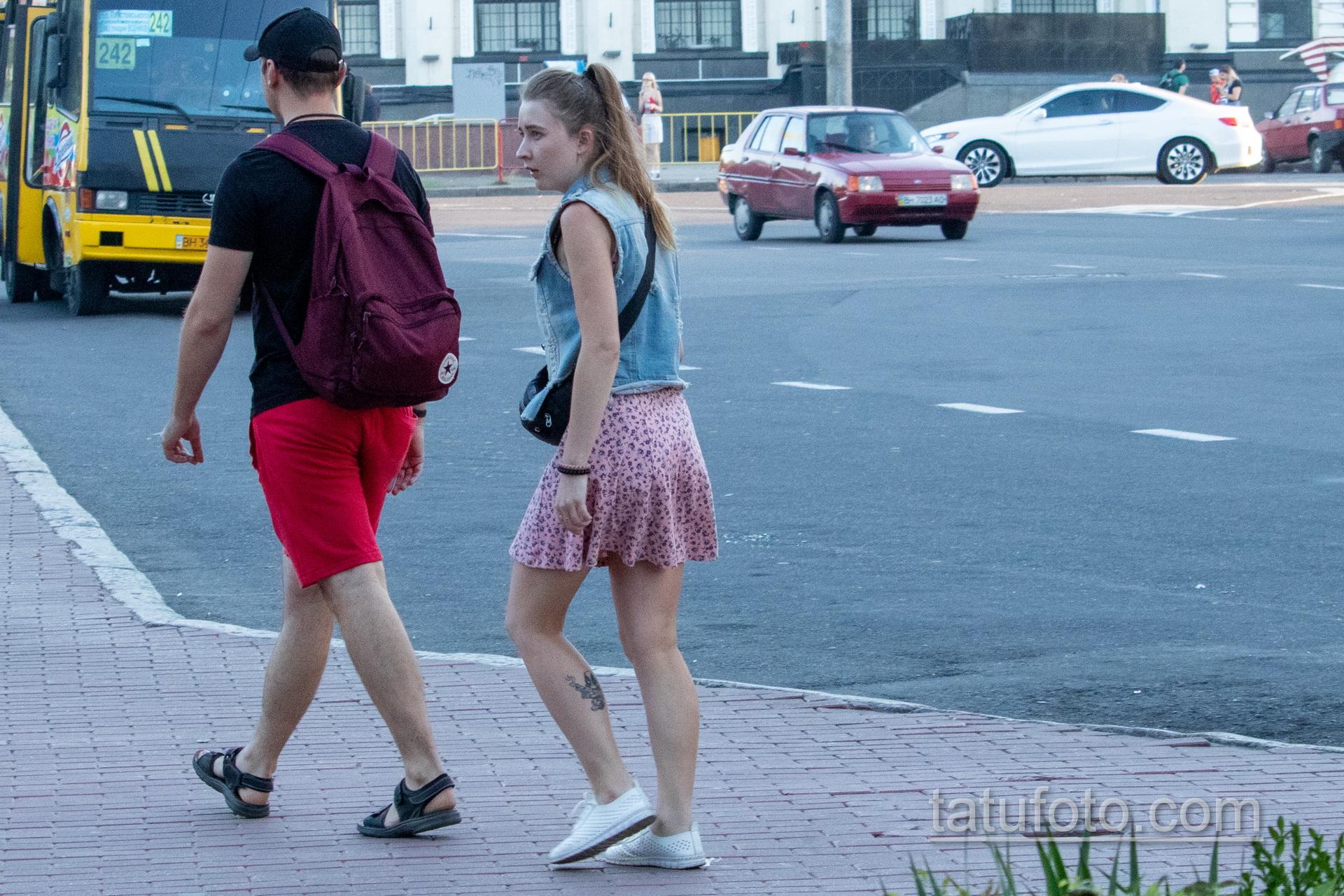 Тату с младенцем Дед Пулом на ноге у девушки - Уличная татуировка 14.09.2020 – tatufoto.com 3