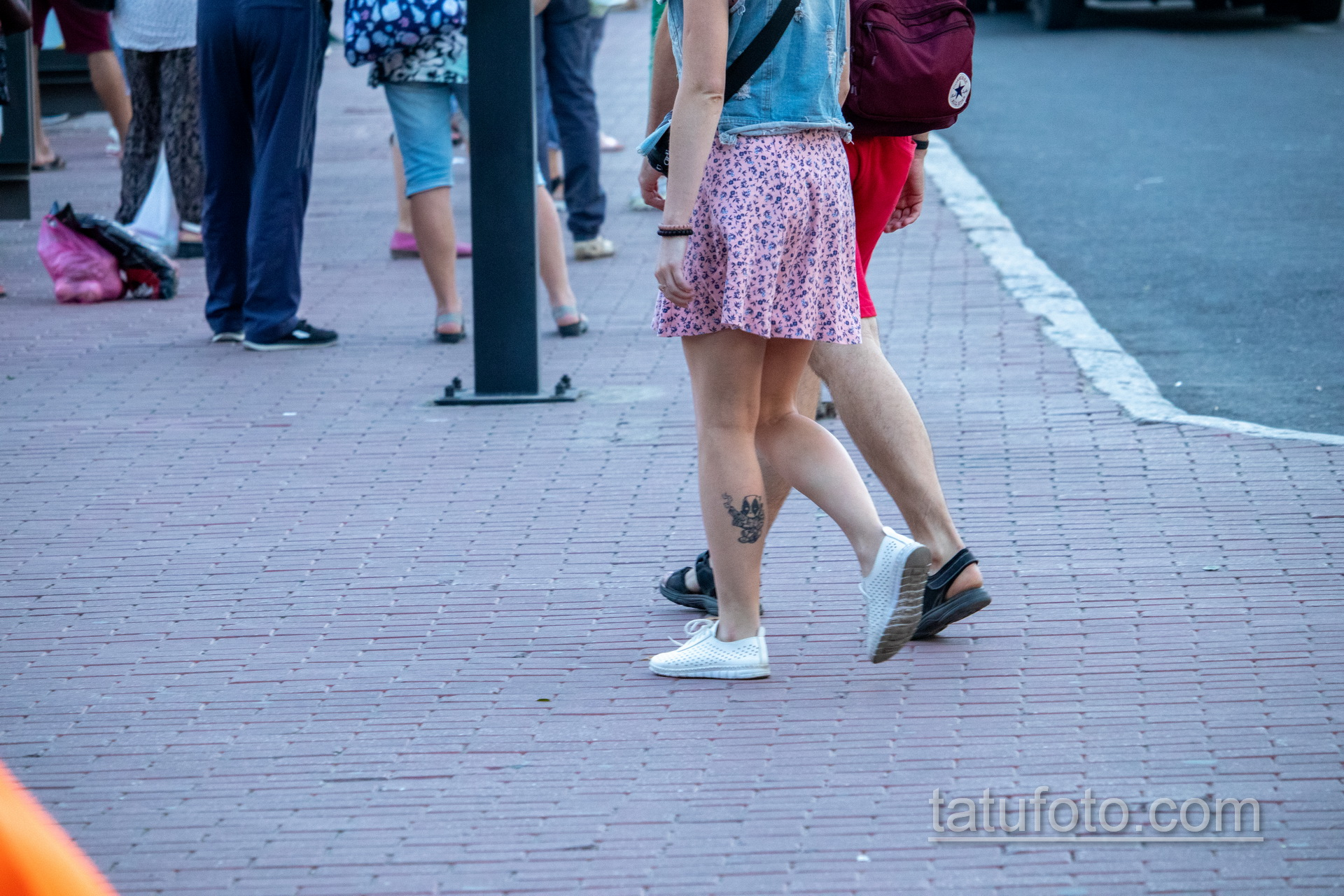 Тату с младенцем Дед Пулом на ноге у девушки - Уличная татуировка 14.09.2020 – tatufoto.com 4
