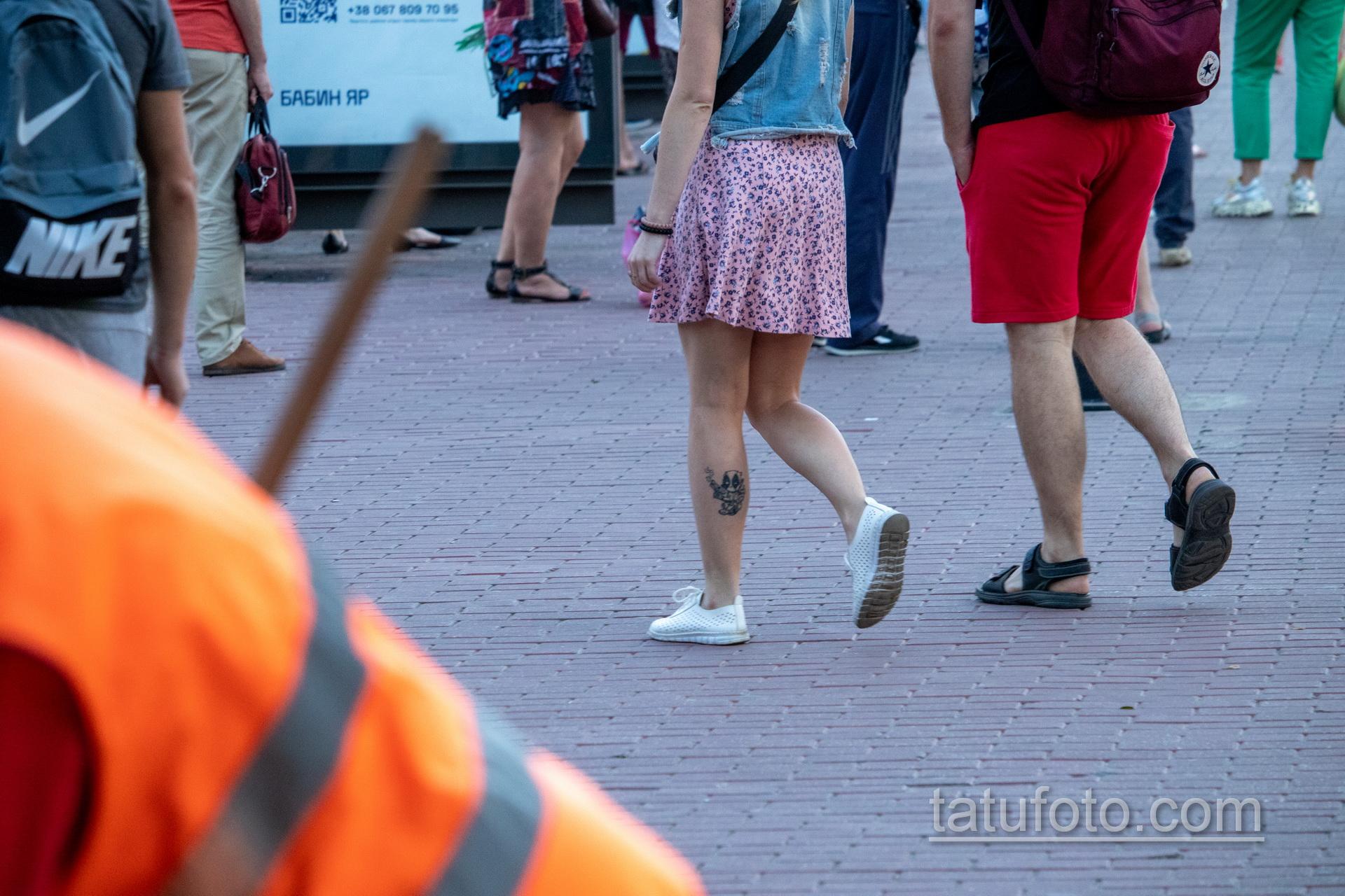 Тату с младенцем Дед Пулом на ноге у девушки - Уличная татуировка 14.09.2020 – tatufoto.com 7