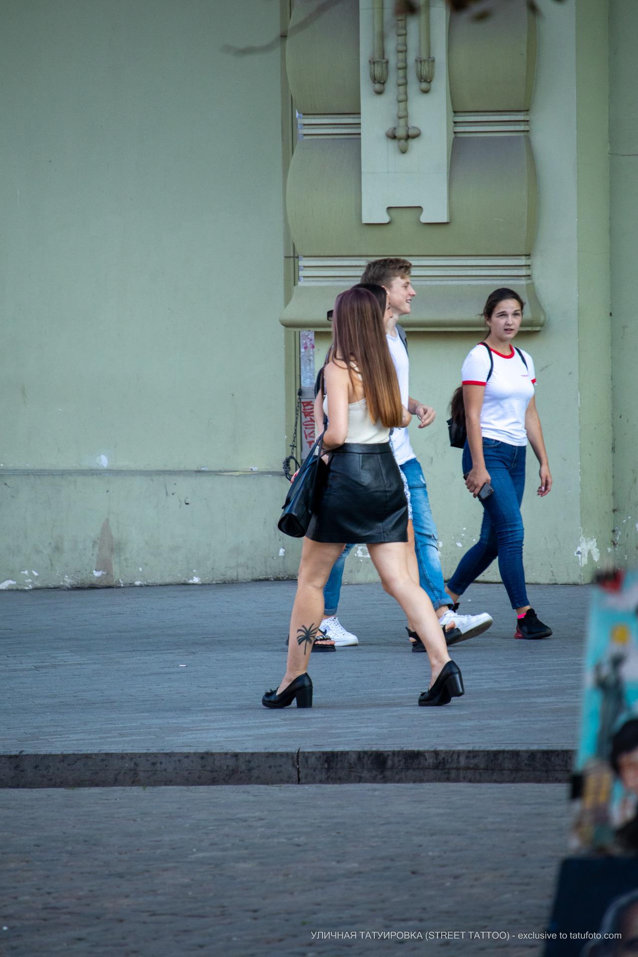 Тату с пальмой внизу левой ноги девушки – 17.09.2020 – tatufoto.com 1