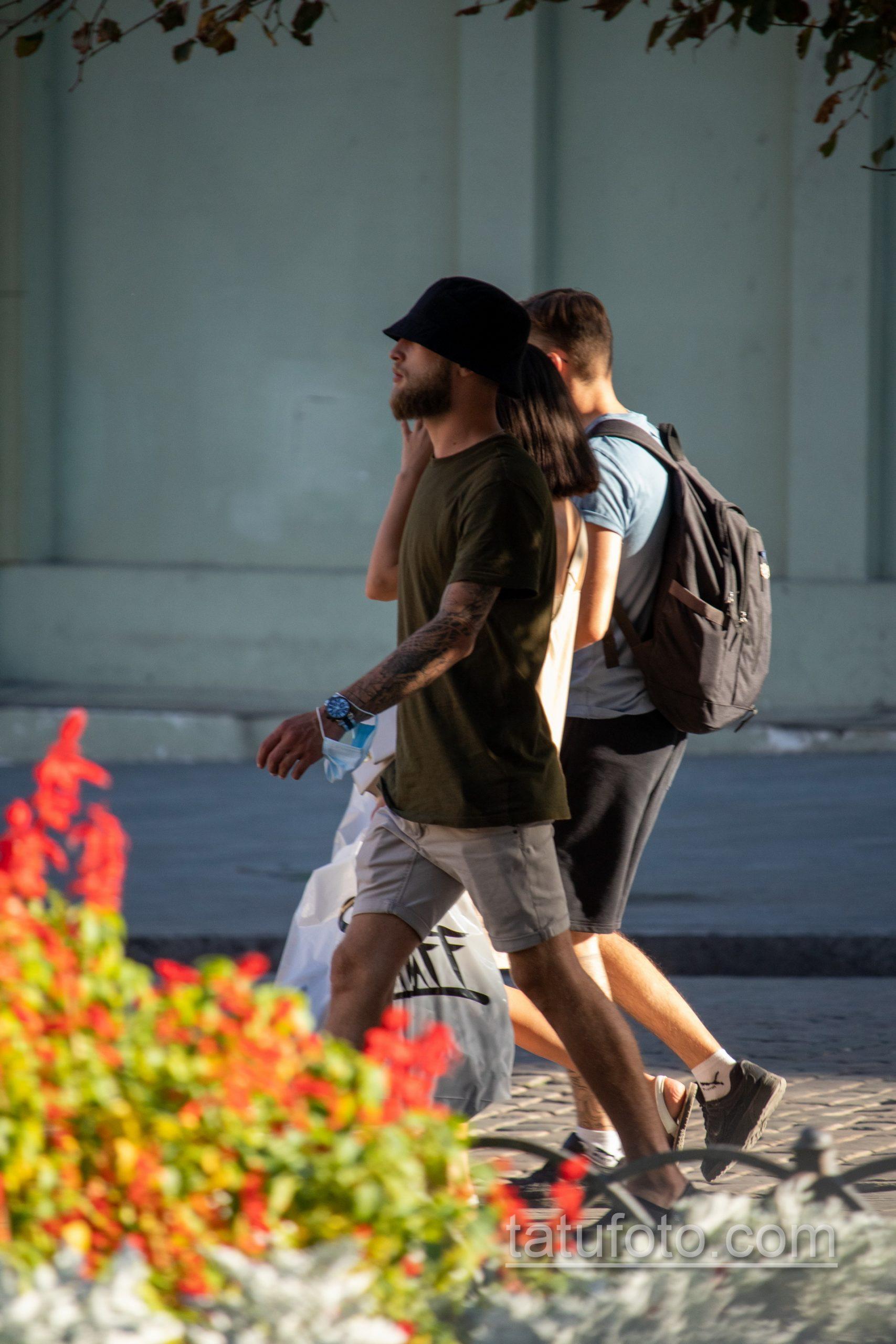 Тату с портретом девушки на левой руке у молодого парня – Уличная татуировка 14.09.2020 – tatufoto.com 1