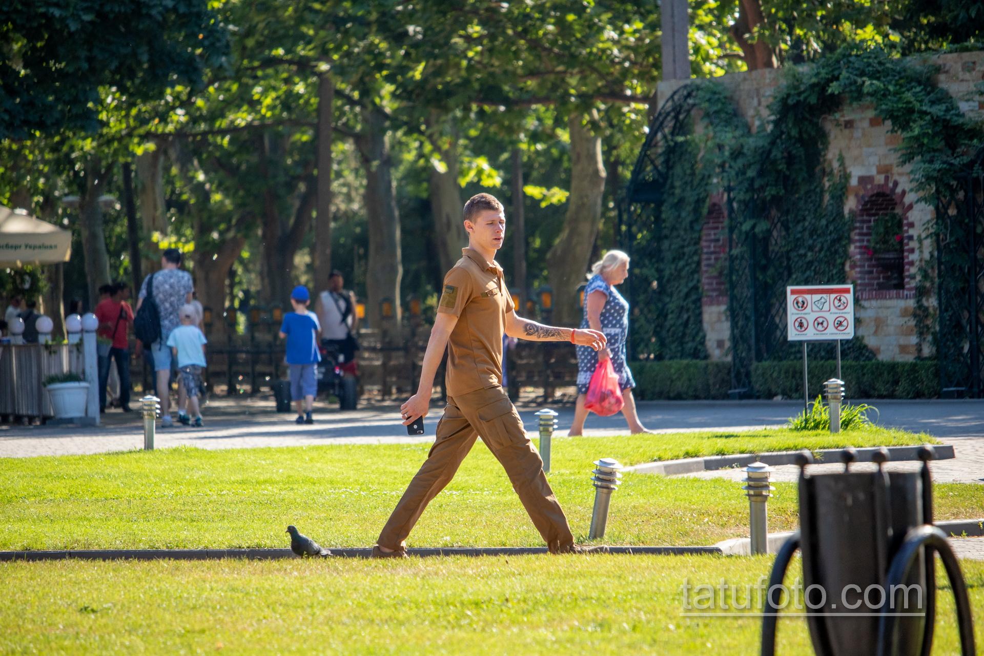 Тату с розой на руке и шее охранника в парке – Уличная татуировка 14.09.2020 – tatufoto.com 1