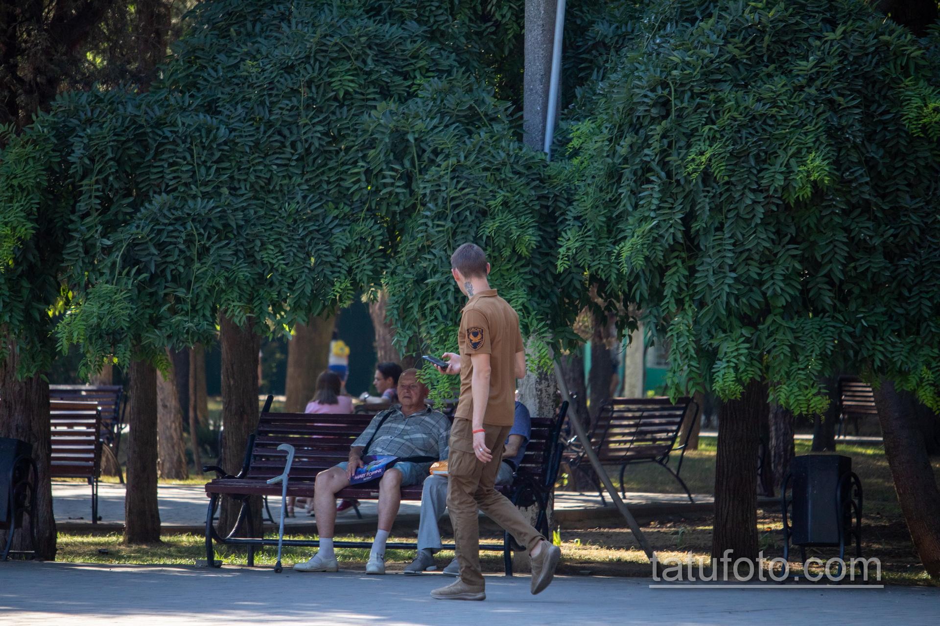 Тату с розой на руке и шее охранника в парке – Уличная татуировка 14.09.2020 – tatufoto.com 11