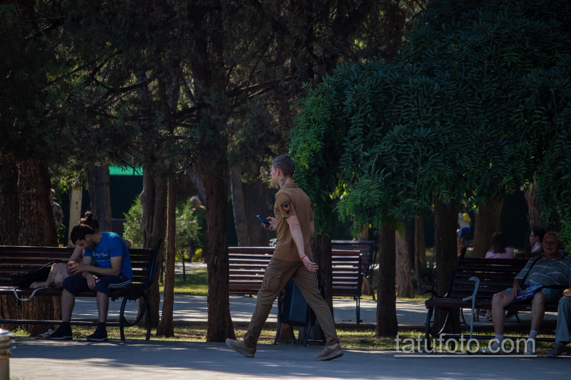 Тату с розой на руке и шее охранника в парке – Уличная татуировка 14.09.2020 – tatufoto.com 12