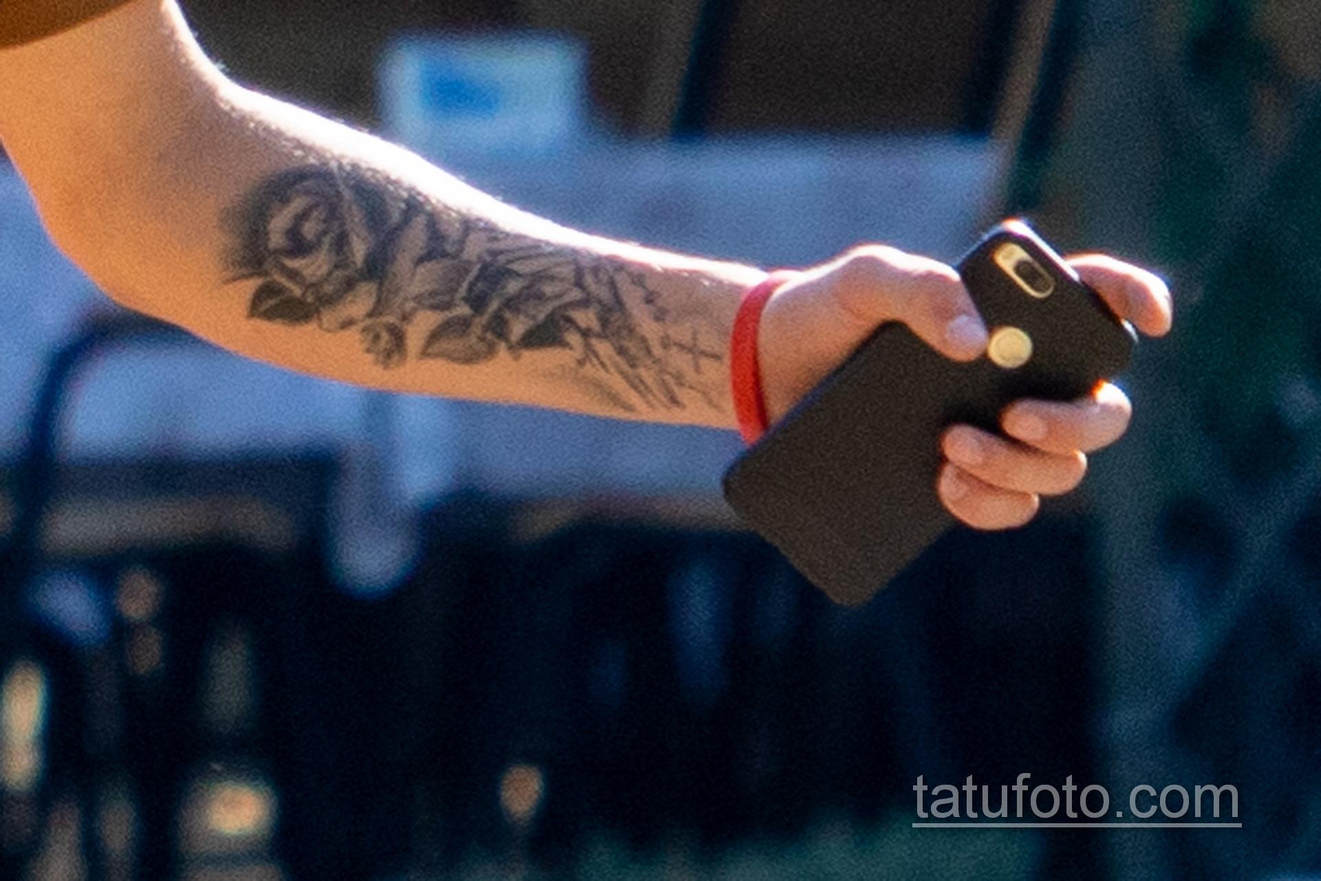 Тату с розой на руке и шее охранника в парке – Уличная татуировка 14.09.2020 – tatufoto.com 5