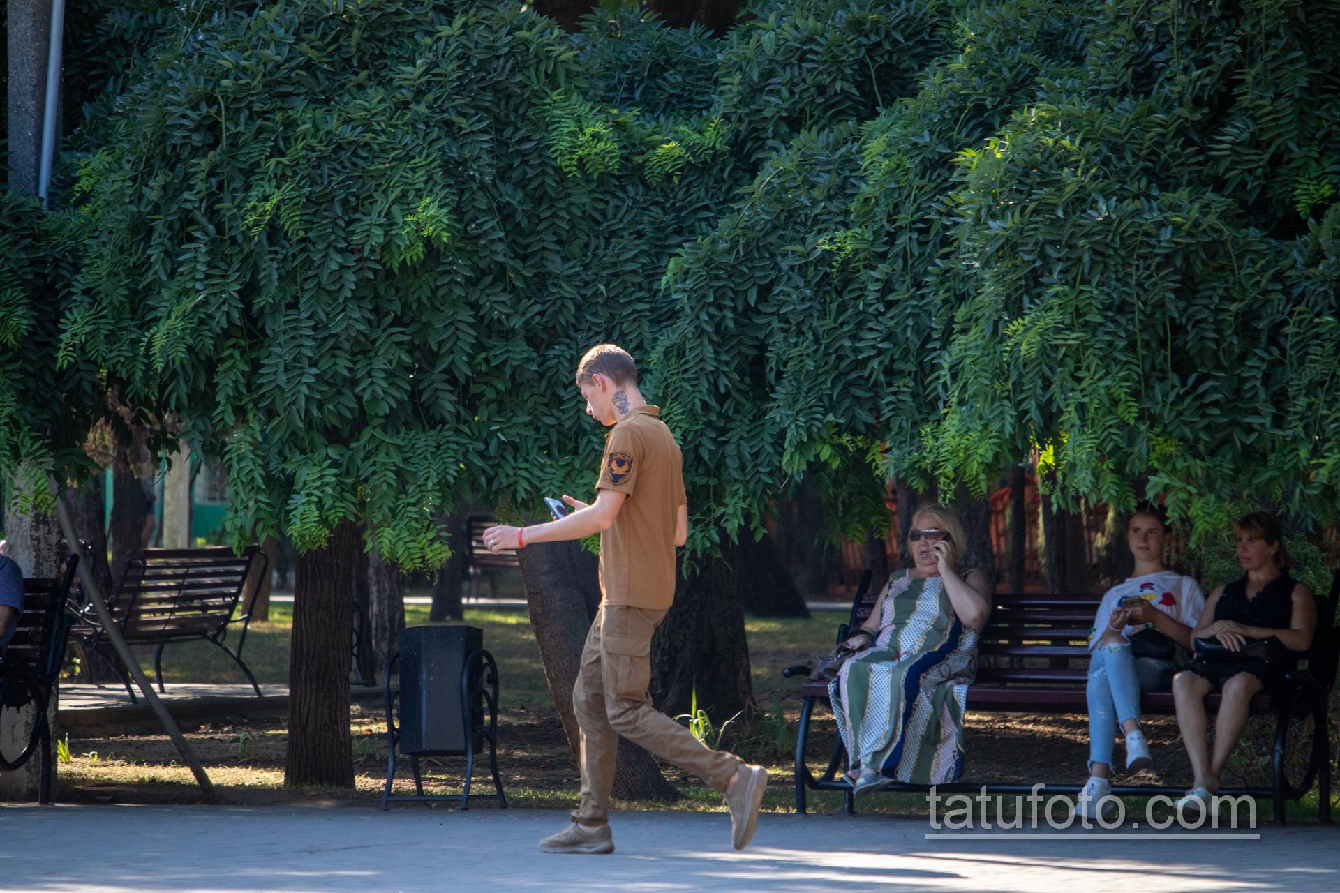 Тату с розой на руке и шее охранника в парке – Уличная татуировка 14.09.2020 – tatufoto.com 7