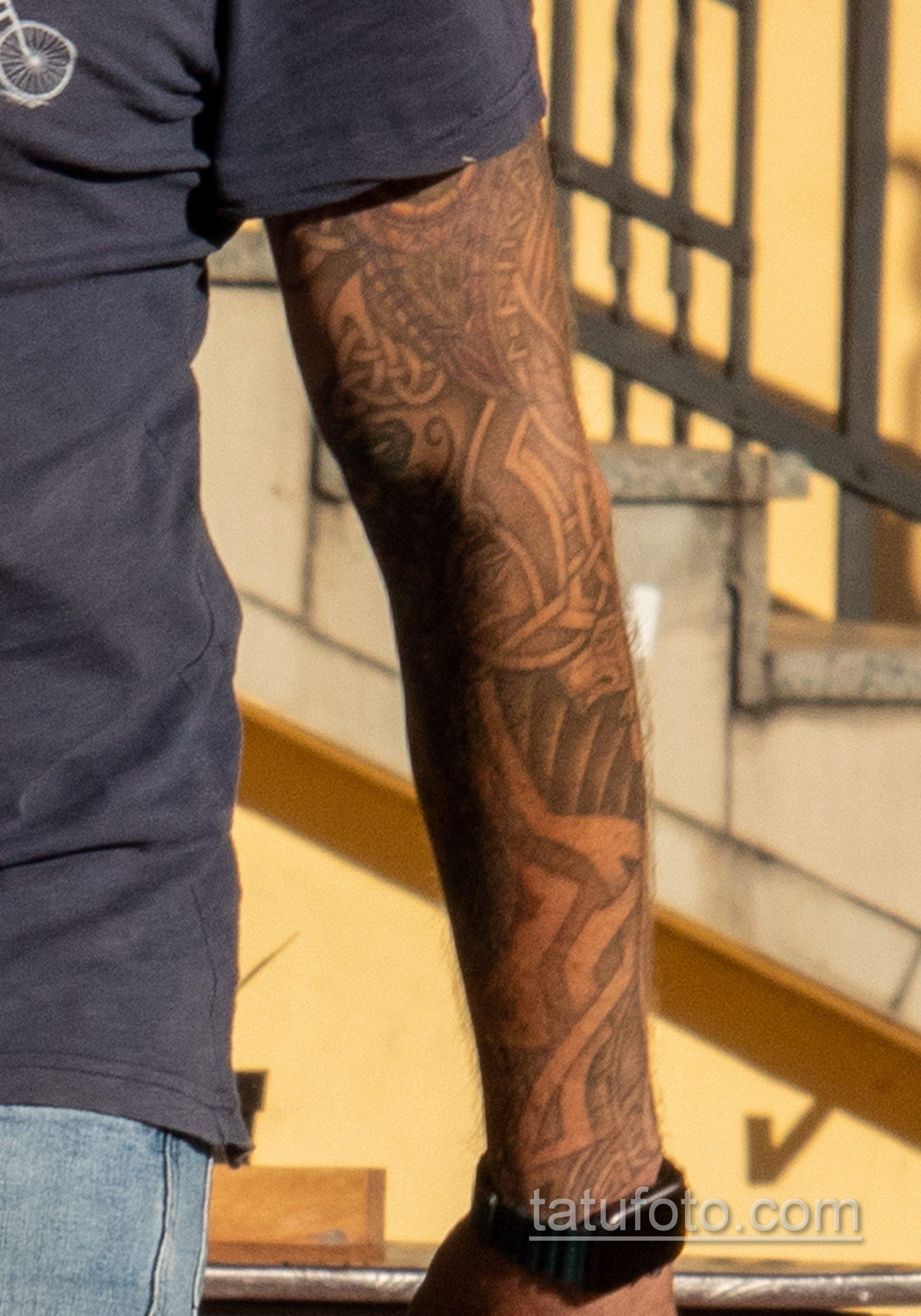 Тату с рунами и узлами в тату рукаве у мужчины – Уличная татуировка 14.09.2020 – tatufoto.com 1