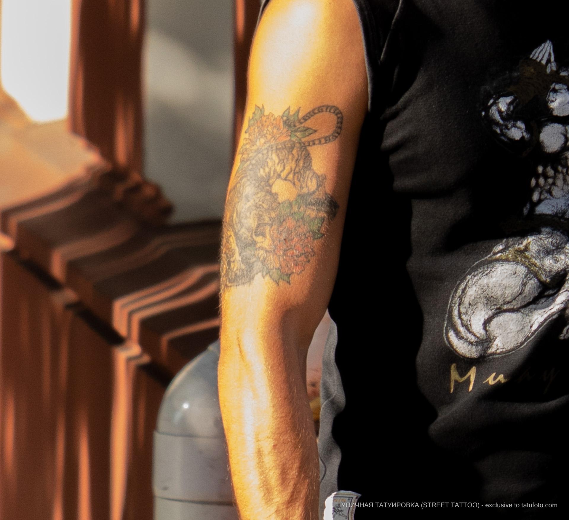 Тату с тигром и цветами на руке и плече мужчины – 17.09.2020 – tatufoto.com 3