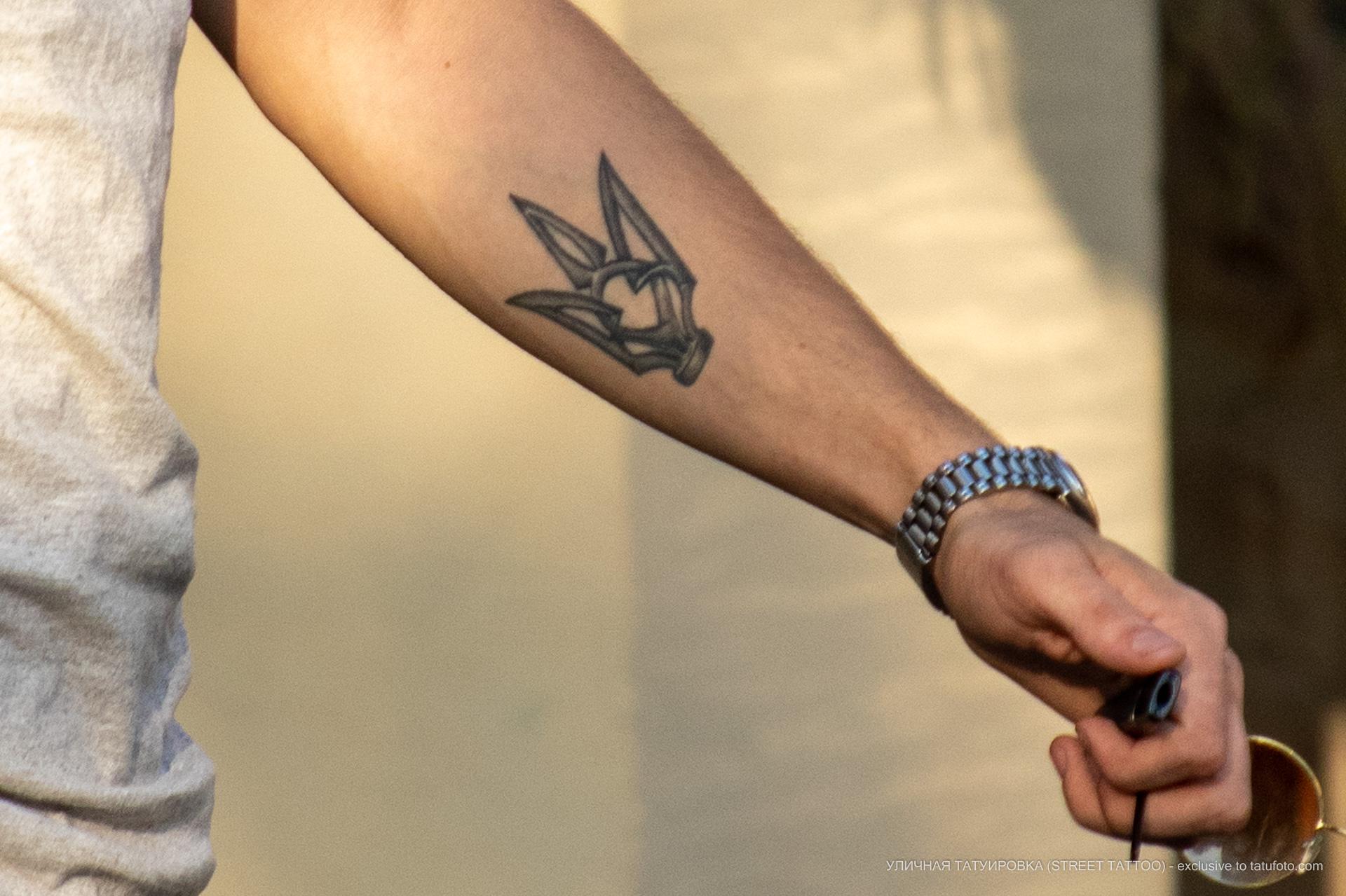 Тату с трезубцем и цветком на руке парня – 17.09.2020 – tatufoto.com 1