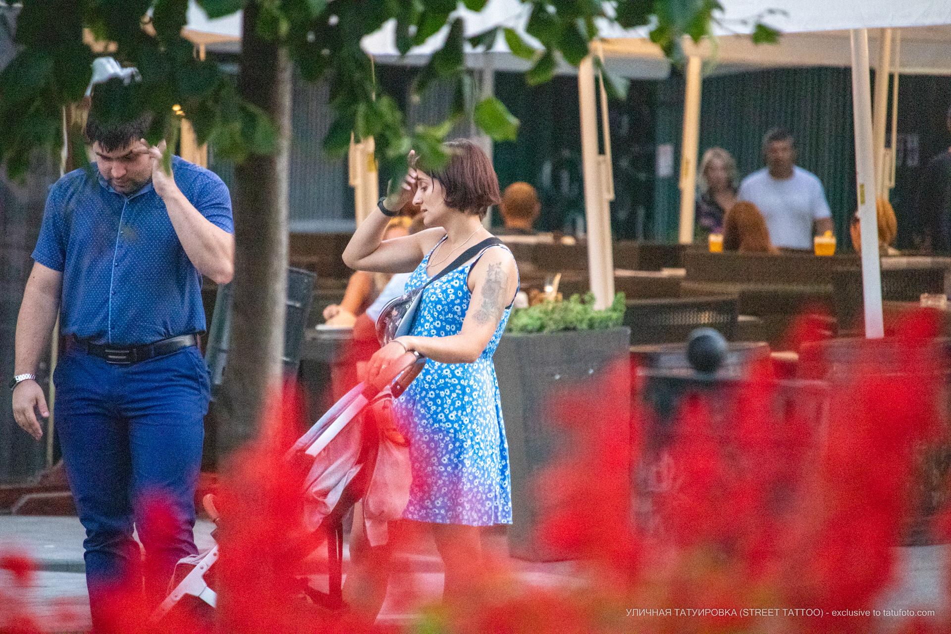 Тату с цветами на левой руке девушки выше локтя – 17.09.2020 – tatufoto.com 1