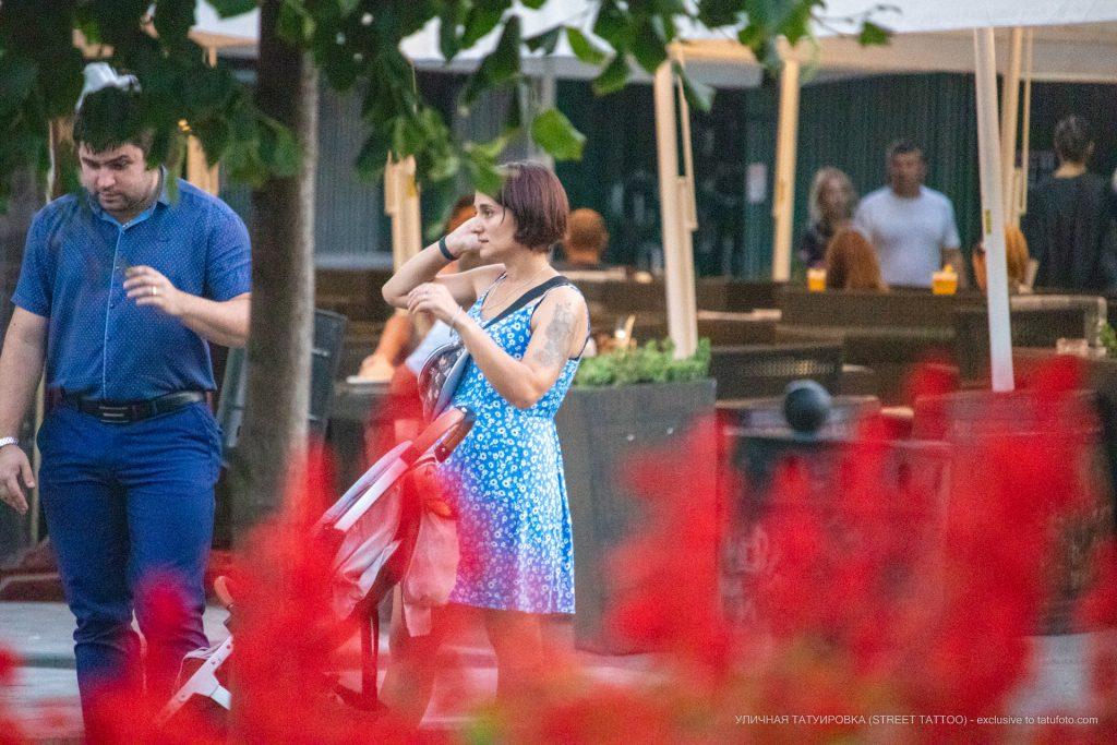 Тату с цветами на левой руке девушки выше локтя – 17.09.2020 – tatufoto.com 2