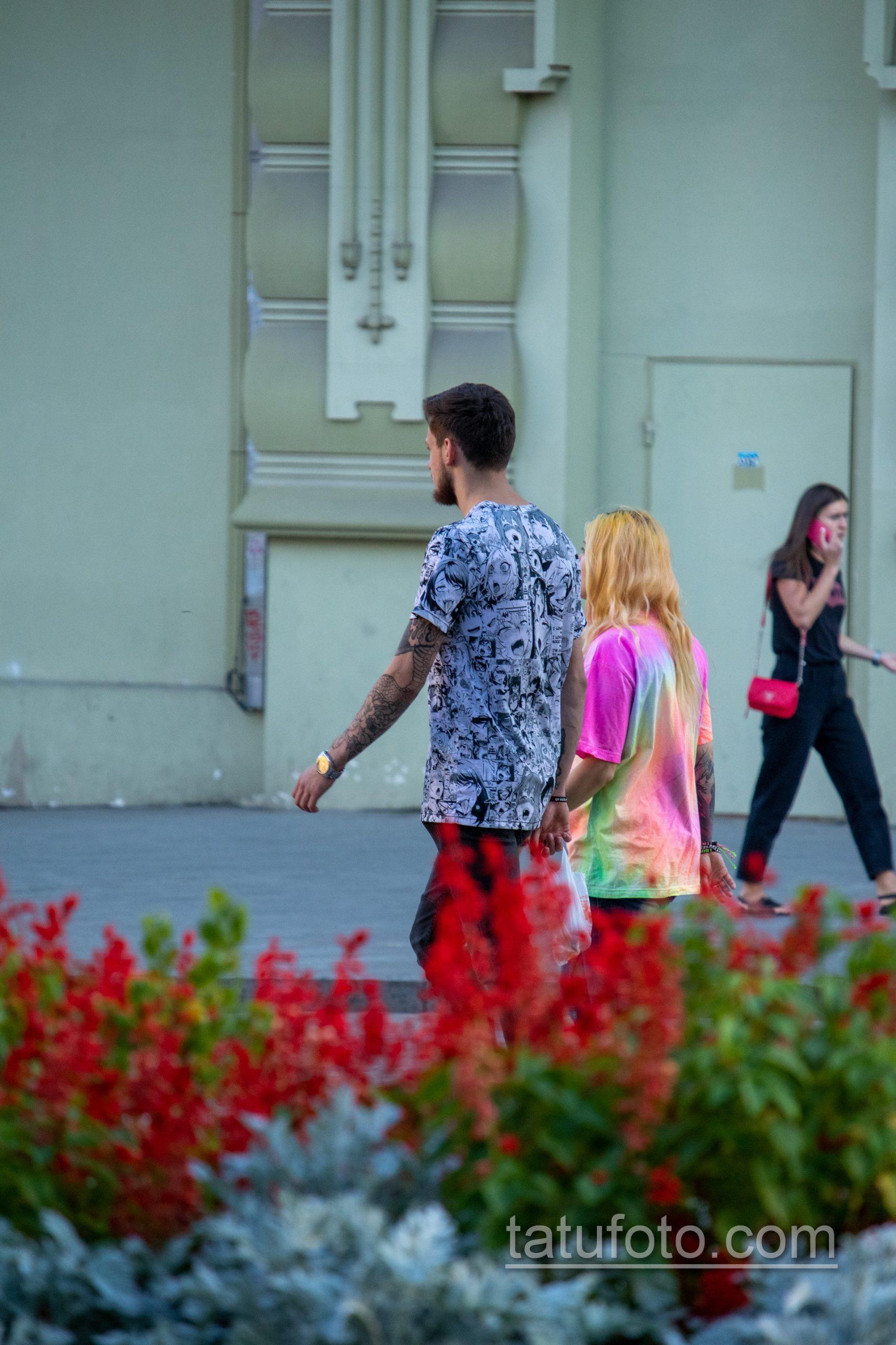 Тату с цветами на левой руке парня – Уличная татуировка 14.09.2020 – tatufoto.com 3