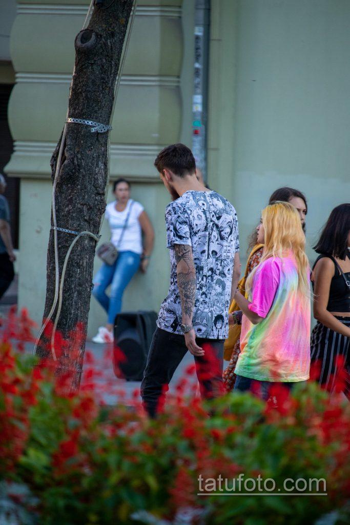 Тату с цветами на левой руке парня – Уличная татуировка 14.09.2020 – tatufoto.com 6