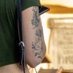 Тату с цветами на правой руке девушки --Уличная тату-street tattoo-21.09.2020-tatufoto.com 5