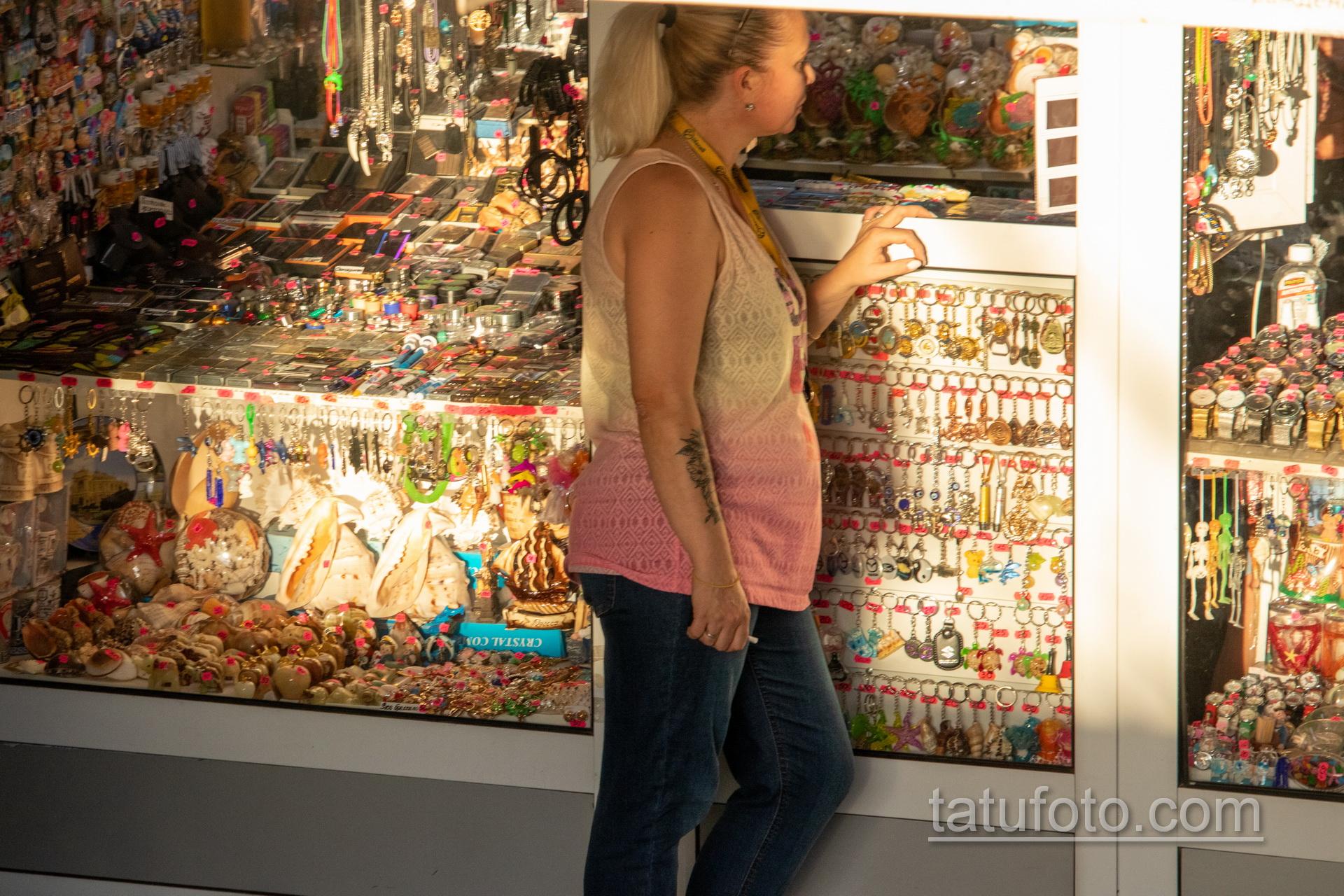 Тату с цветами на правом предплечье женщины - Уличная татуировка 14.09.2020 – tatufoto.com 5