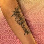 Тату с цветами на правом предплечье женщины - Уличная татуировка 14.09.2020 – tatufoto.com