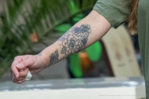 Тату с цветами на предплечье правой руки девушки – 17.09.2020 – tatufoto.com 2