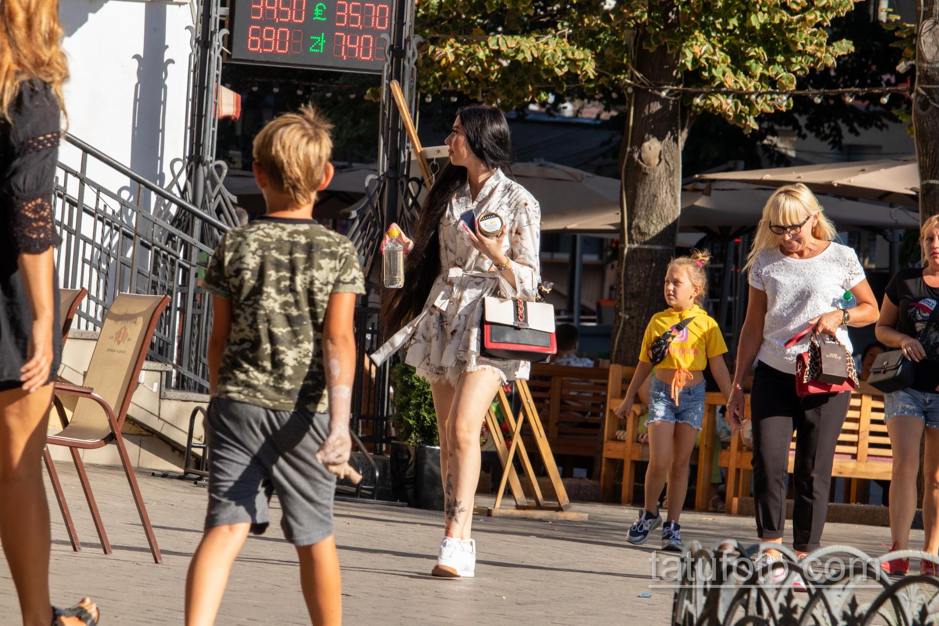 Тату с черно красными цветами внизу ноги девушки - Уличная татуировка 14.09.2020 – tatufoto.com 1