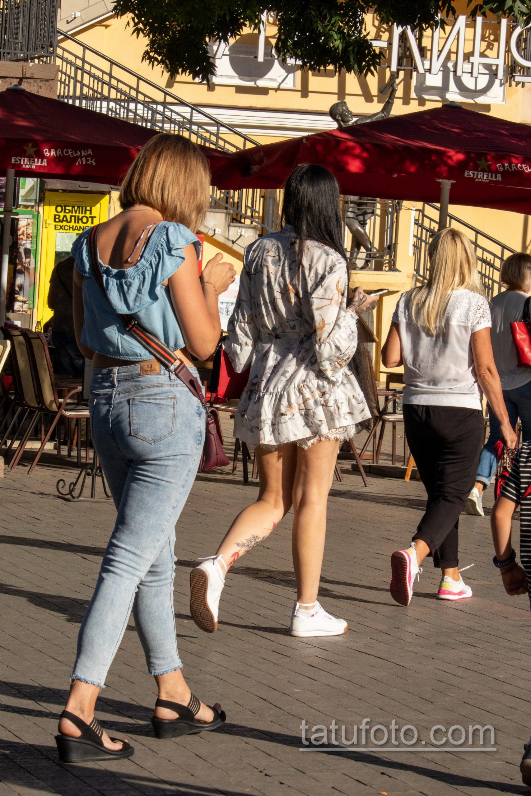 Тату с черно красными цветами внизу ноги девушки - Уличная татуировка 14.09.2020 – tatufoto.com 11