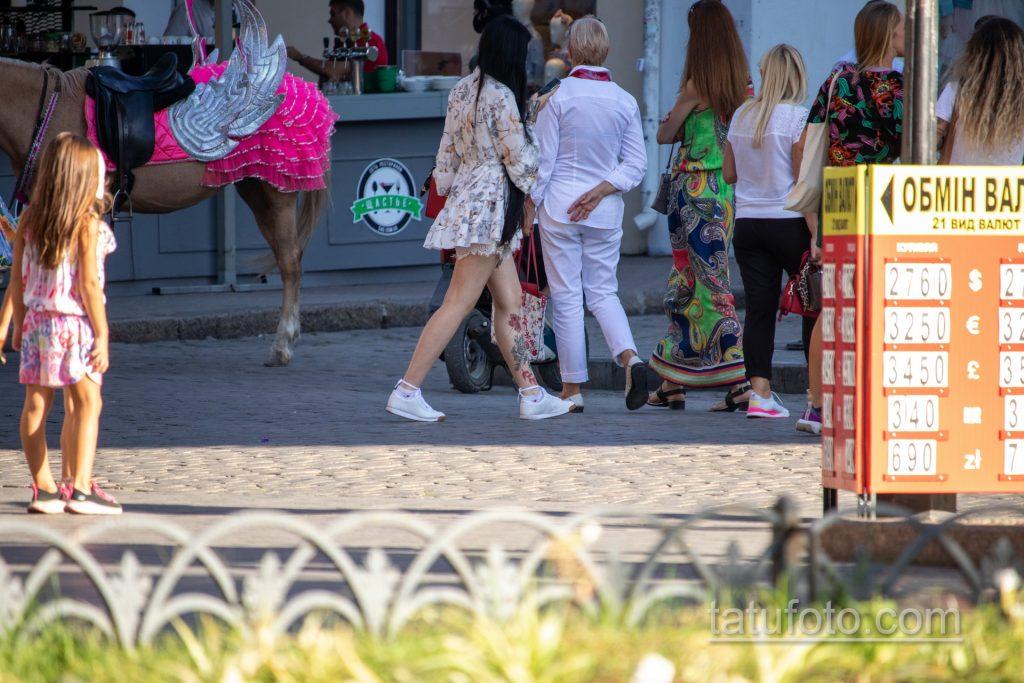 Тату с черно красными цветами внизу ноги девушки - Уличная татуировка 14.09.2020 – tatufoto.com 13