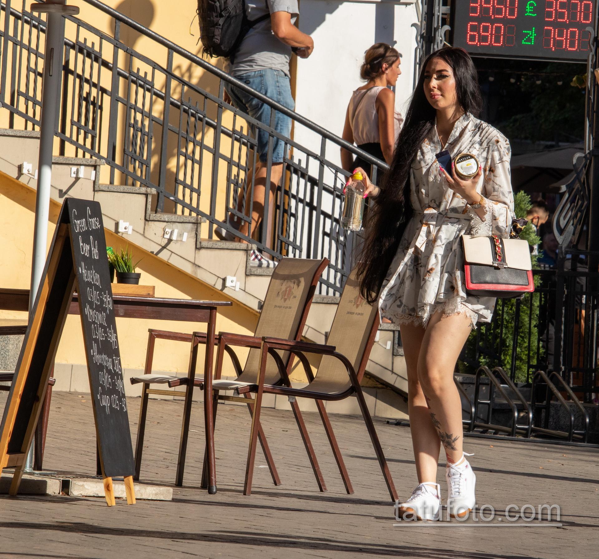 Тату с черно красными цветами внизу ноги девушки - Уличная татуировка 14.09.2020 – tatufoto.com 3