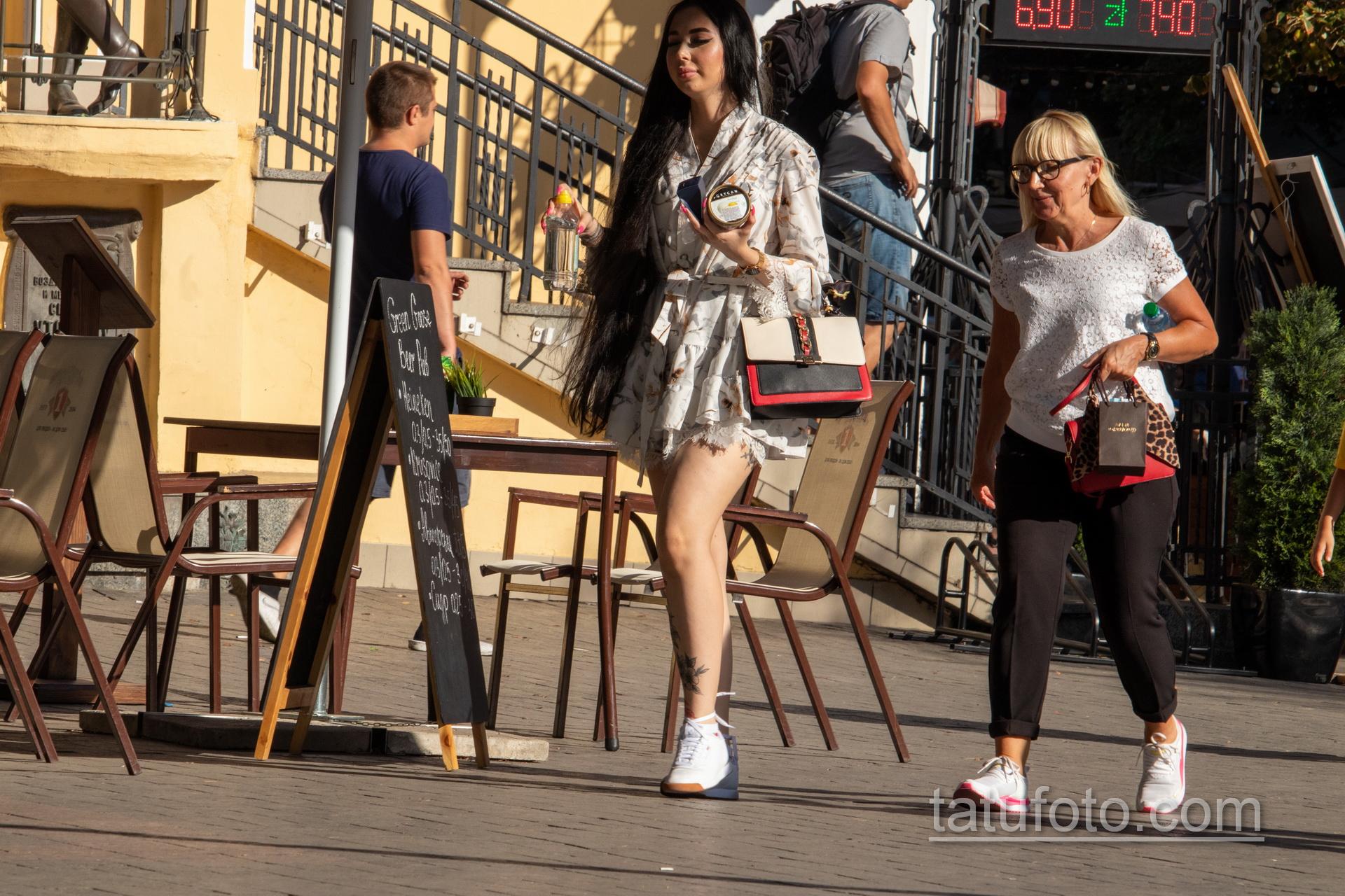 Тату с черно красными цветами внизу ноги девушки - Уличная татуировка 14.09.2020 – tatufoto.com 6
