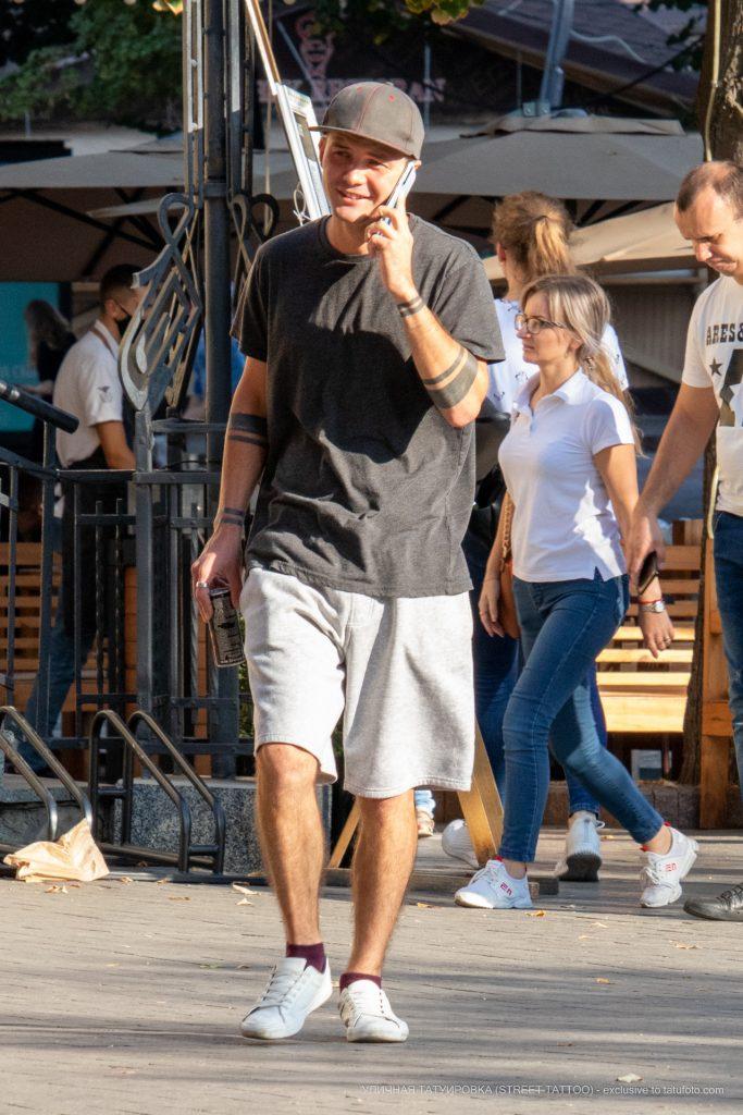 Тату с черными полосами браслетами на руках парня --Уличная тату-street tattoo-21.09.2020-tatufoto.com 1