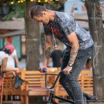 Тату с черным вороном и четыре черепа на руках парня на велосипеде – 17.09.2020 – tatufoto.com 4