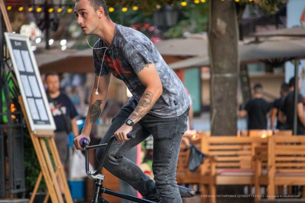 Тату с черным вороном и четыре черепа на руках парня на велосипеде – 17.09.2020 – tatufoto.com 5