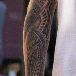 Тату узорами и линиями на левой руке мужчины – Уличная татуировка 14.09.2020 – tatufoto.com 6