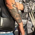 Тату узоры и браслет на правой руке мужчины – Уличная татуировка (street tattoo)-29.09.2020-tatufoto.com 4