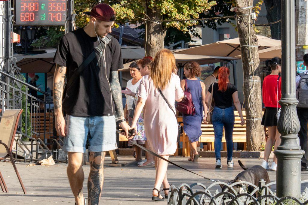 Тату факел и лента из патронов на ноге парня --Уличная тату-street tattoo-21.09.2020-tatufoto.com 2