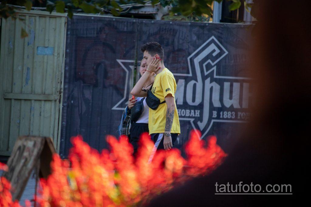 Тату цветы и клавиши на левой руке молодого парня – Уличная татуировка 14.09.2020 – tatufoto.com 3