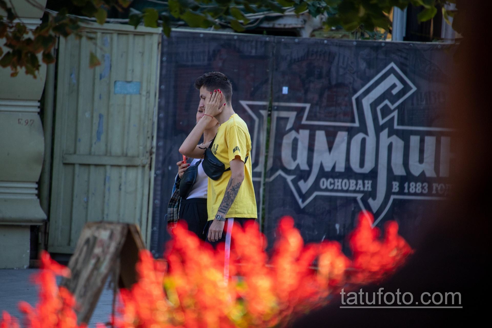 Тату цветы и клавиши на левой руке молодого парня – Уличная татуировка 14.09.2020 – tatufoto.com 4