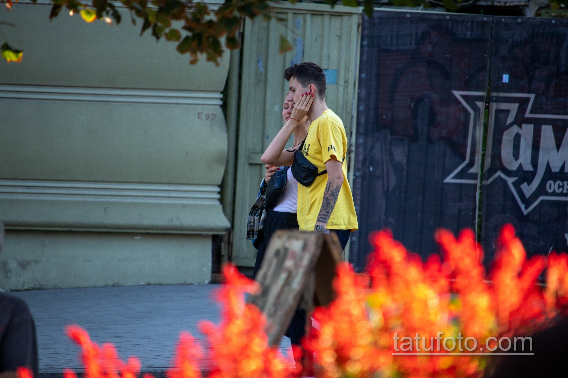 Тату цветы и клавиши на левой руке молодого парня – Уличная татуировка 14.09.2020 – tatufoto.com 6