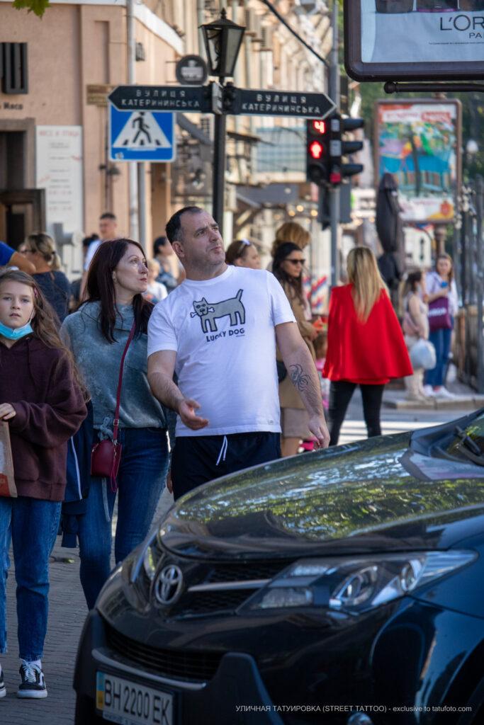 Тату череп и паук ползет вниз по руке у мужчины – Уличная татуировка (street tattoo)-29.09.2020-tatufoto.com 1