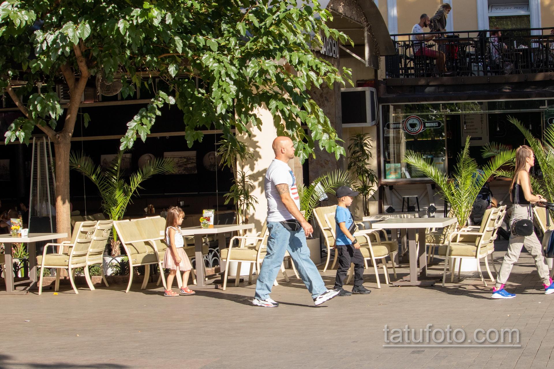 Тату череп и якорь на правом плече мужчины - Уличная татуировка 14.09.2020 – tatufoto.com 2